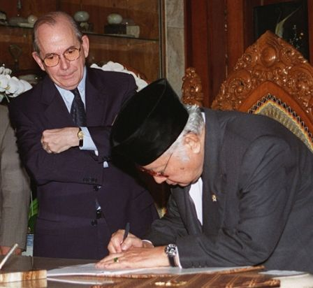 Michel Camdessus (IMF) and President Suharto - January 1998